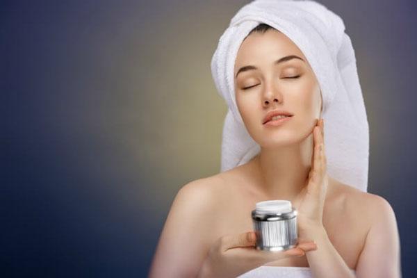 В чем особенности ночного ухода за лицом? Можно ли ночной крем заменить дневным?